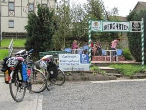 Radfahrer im Biergarten